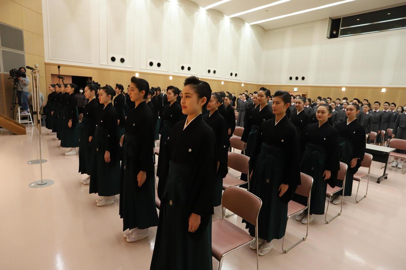宝塚音楽学校の107期生卒業式は、校内講堂で行われた