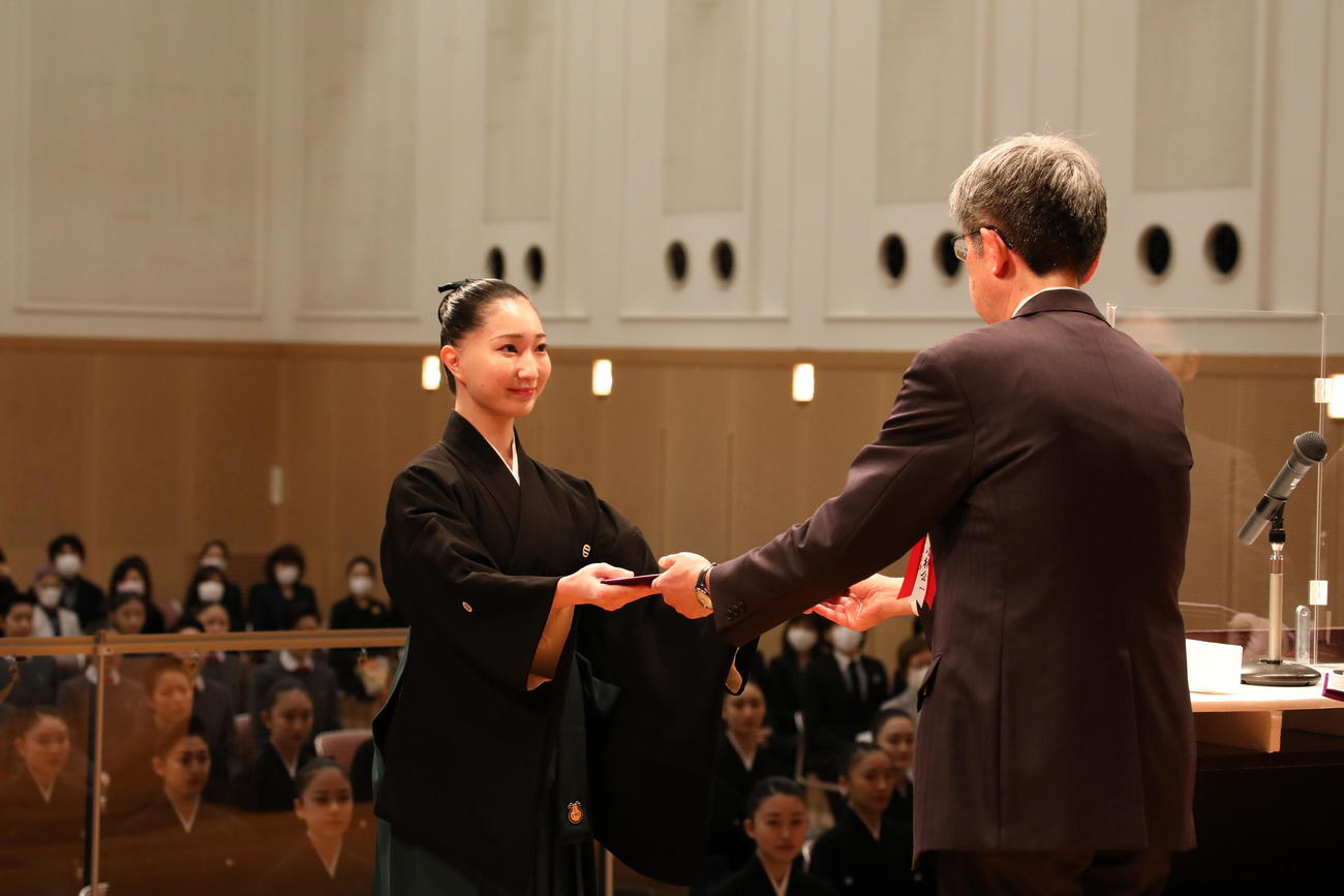 小林公一校長から卒業証書などを受け取る際も、返事は控えられた