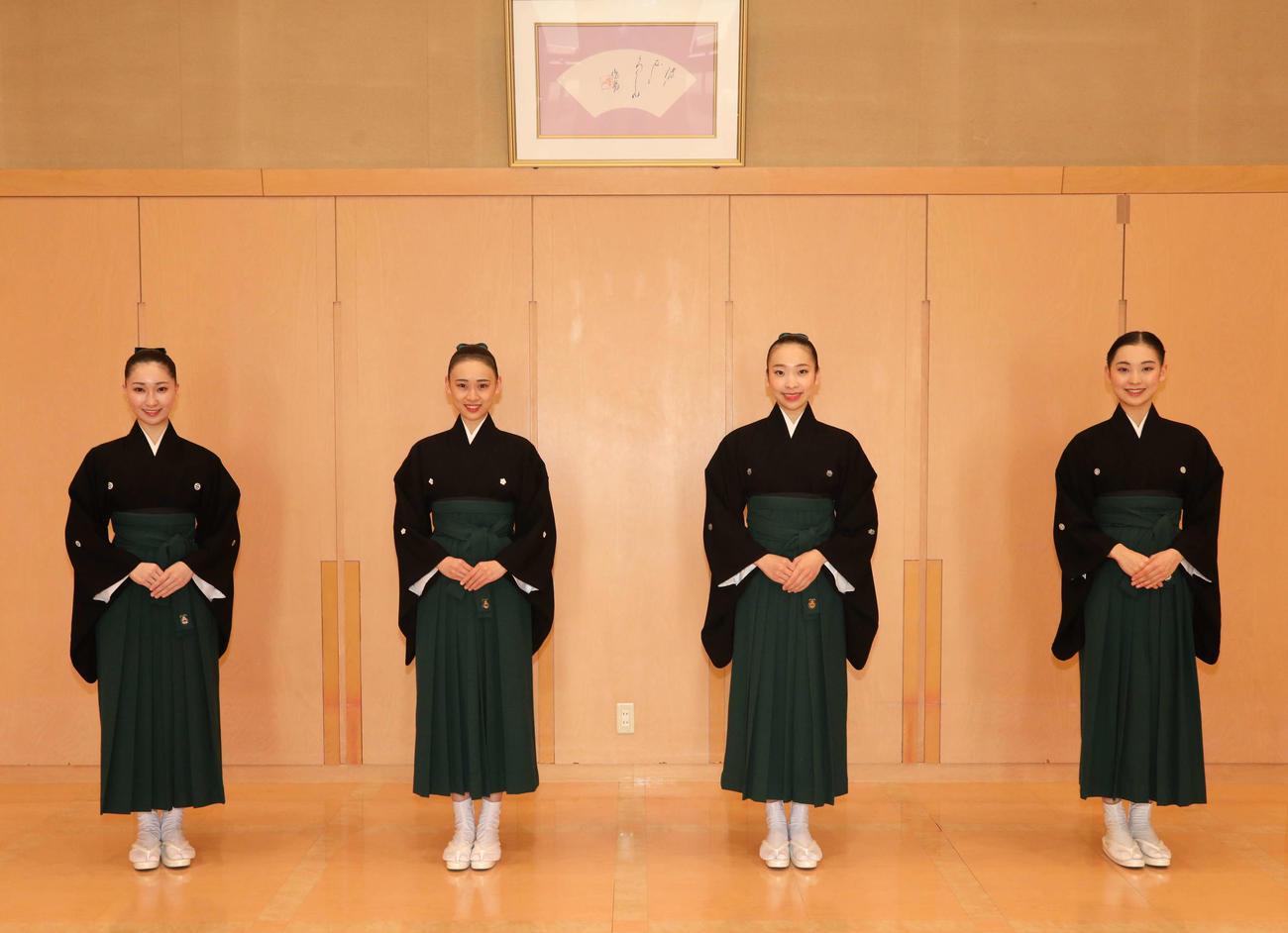 宝塚音楽学校を卒業し、107期生を代表してコメントした(左から)西村あみさん、門間さや香さん、鳴瀬陽さん、遠藤杏紗さん