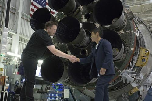 18年9月17日に米ロサンゼルスで会見を開いた際、握手する前澤友作氏(右)とイーロン・マスク氏