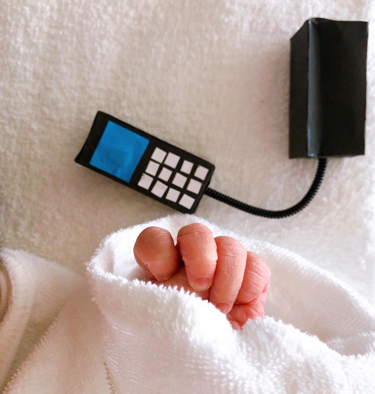 2日に誕生した平野ノラの赤ちゃんの手とミニ電話