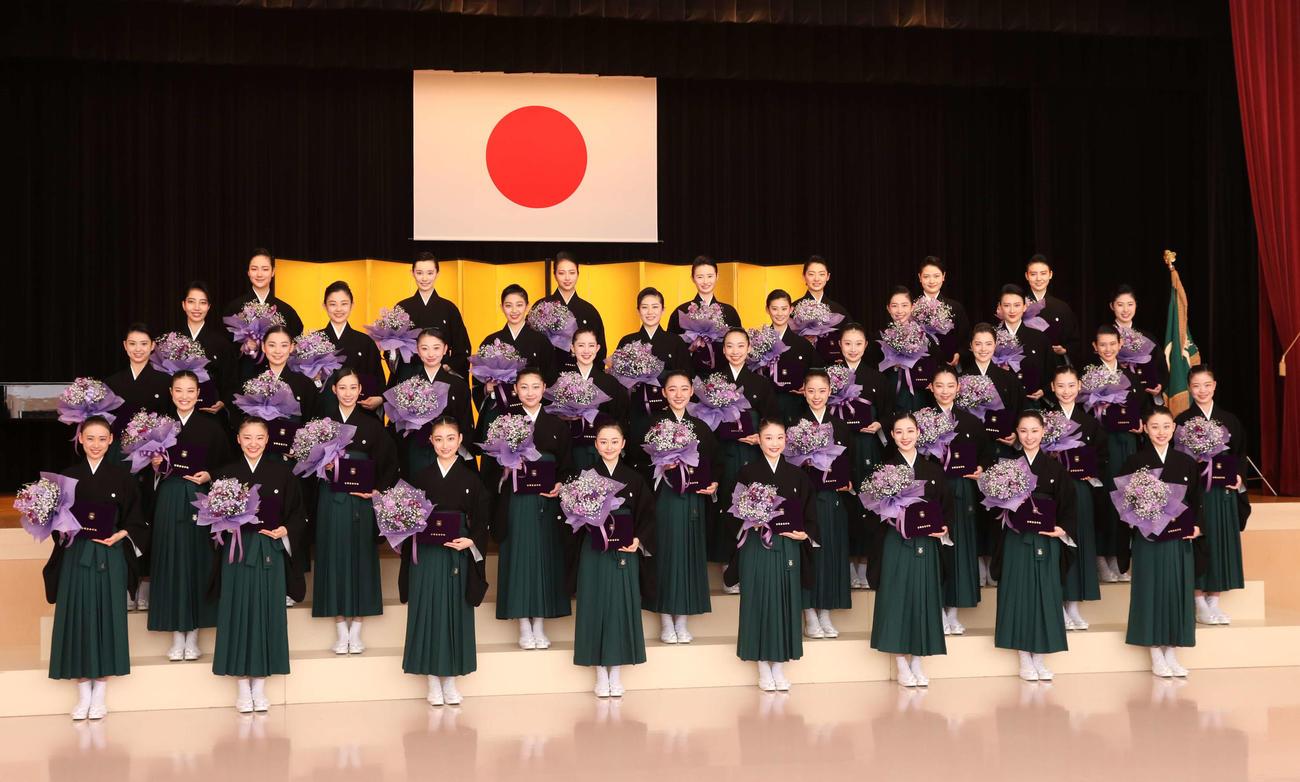 午後からの入団式を前に、花束を持ち記念撮影した宝塚音楽学校107期生