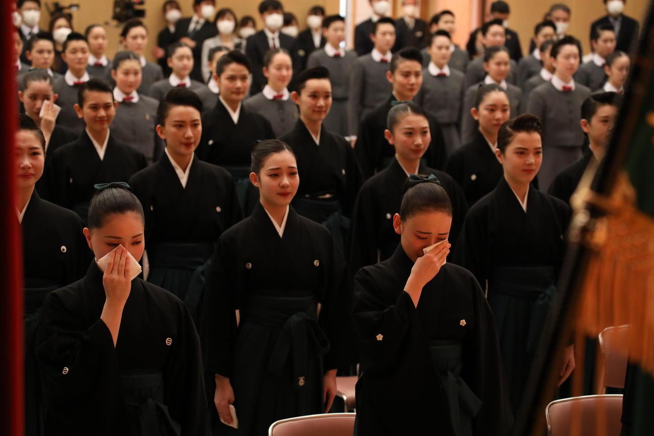宝塚音楽学校で卒業式を行い、午後からの入団式に臨んだ107期生