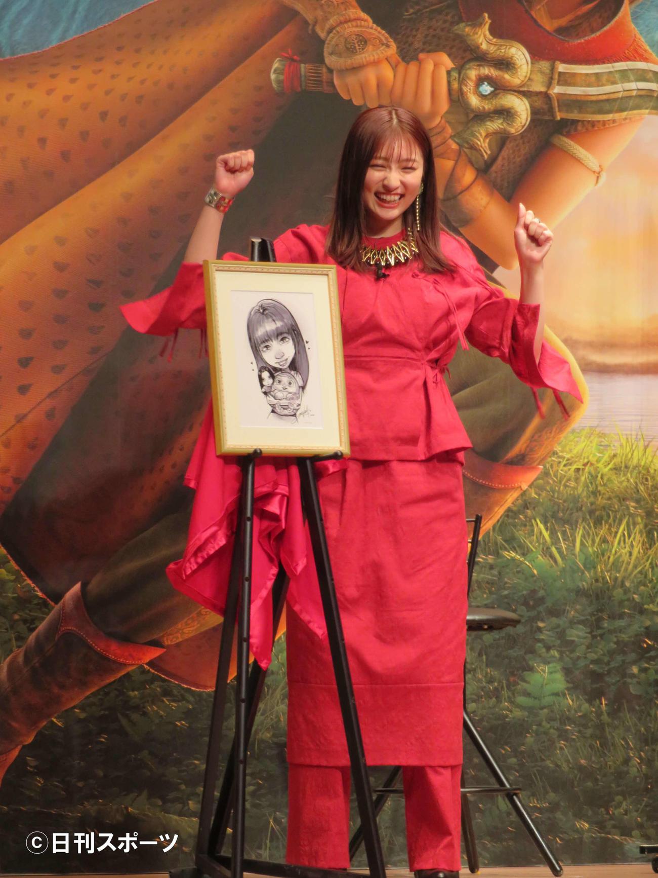 アニメ映画「ラーヤと龍の王国」イベントで、ディズニースタジオのアニメーターからの直筆イラストを贈られ、喜ぶ吉川愛(撮影・村上幸将)