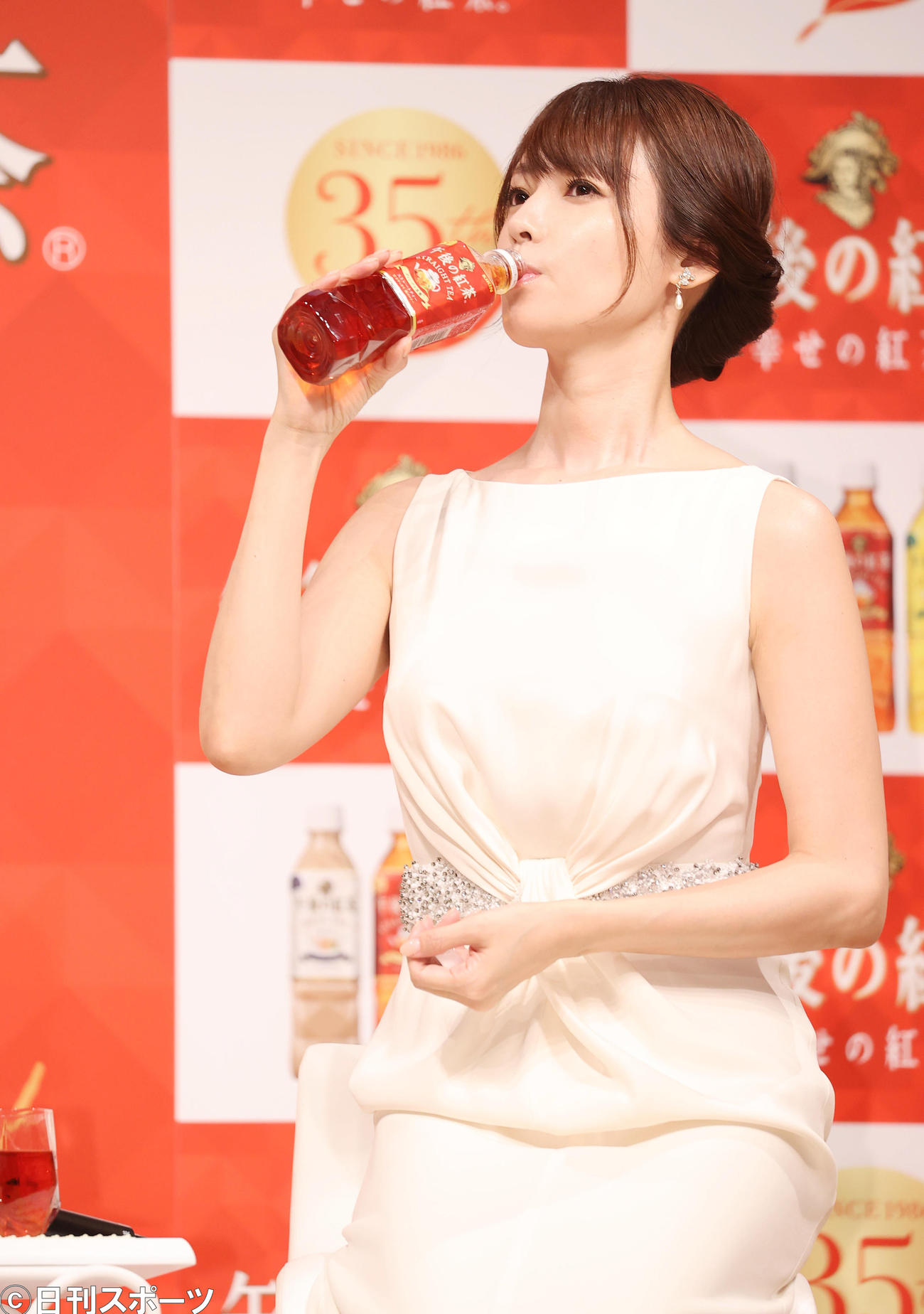 「キリン 午後の紅茶」発売35周年ブランド戦略発表会で試飲する深田恭子(撮影・垰建太)