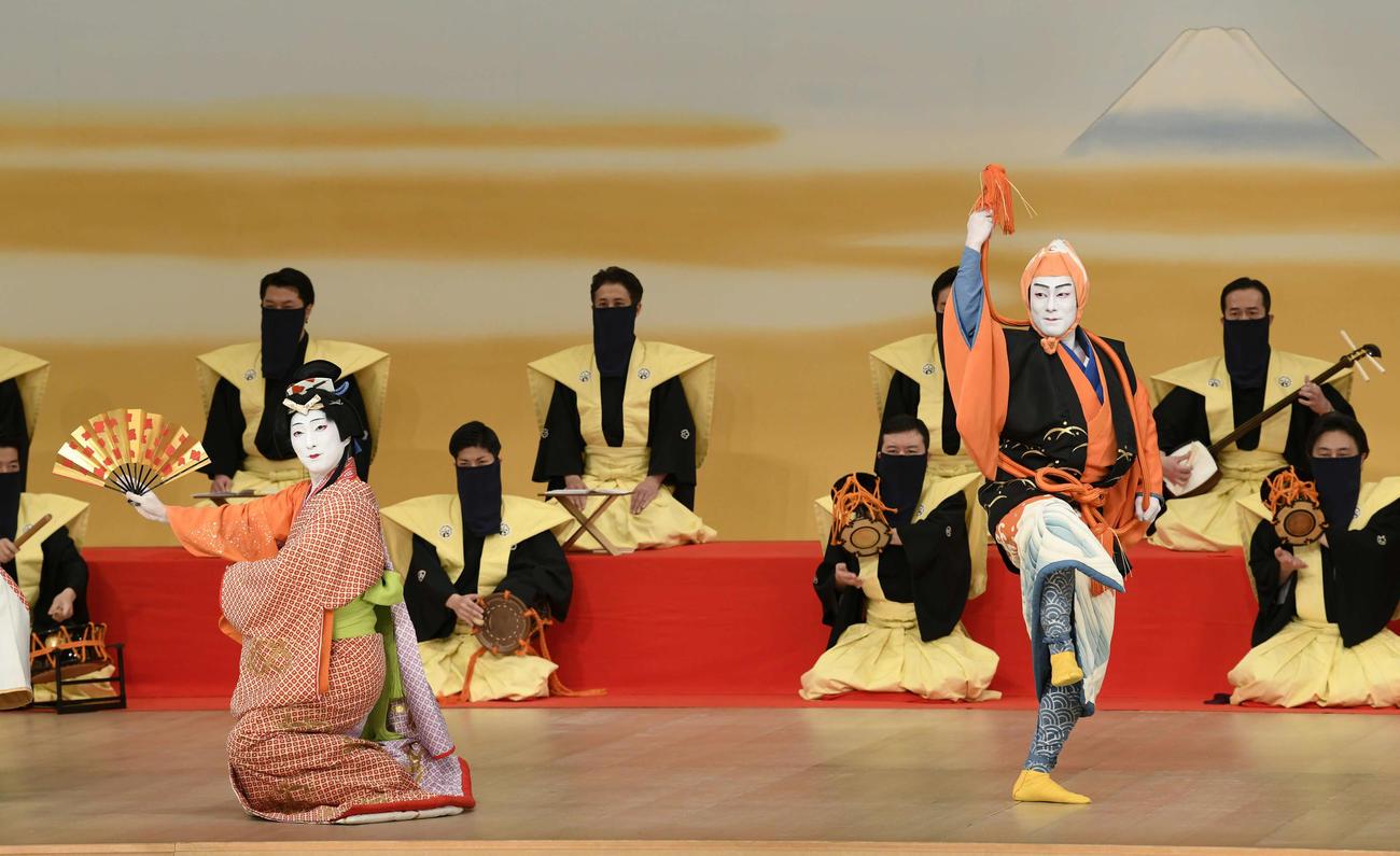 歌舞伎座「三月大歌舞伎」で「猿若江戸の初櫓」に出演する、中村七之助(左)、中村勘九郎(松竹提供)