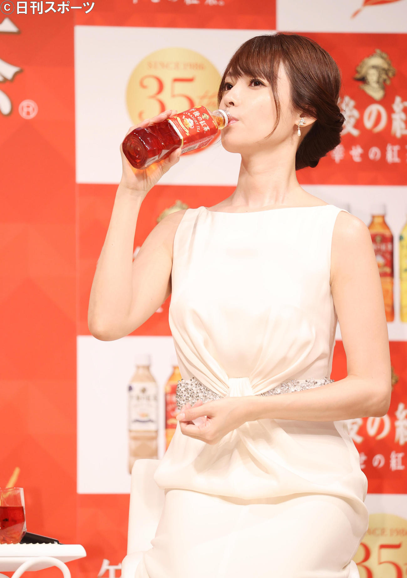 試飲する深田恭子
