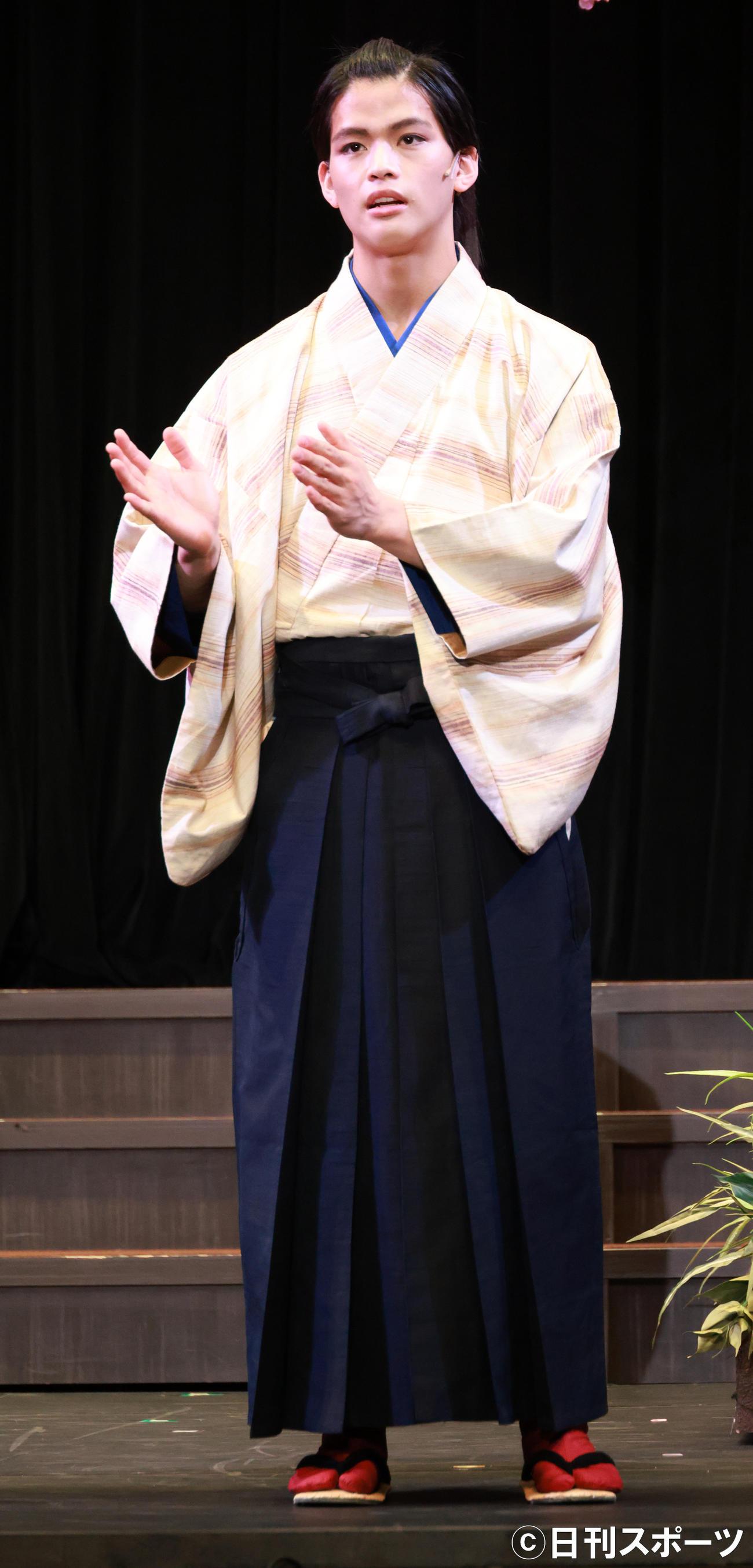 舞台「陽だまりの樹」の開幕直前舞台あいさつをする菅田琳寧(撮影・中島郁夫)
