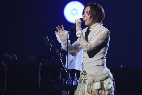 オンラインライブで歌唱する蒼井翔太