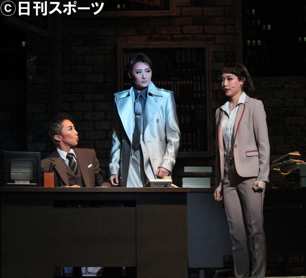 月組トップ珠城りょう(中央)は、プレ退団公演で幽霊になった刑事を熱演(撮影・村上久美子)