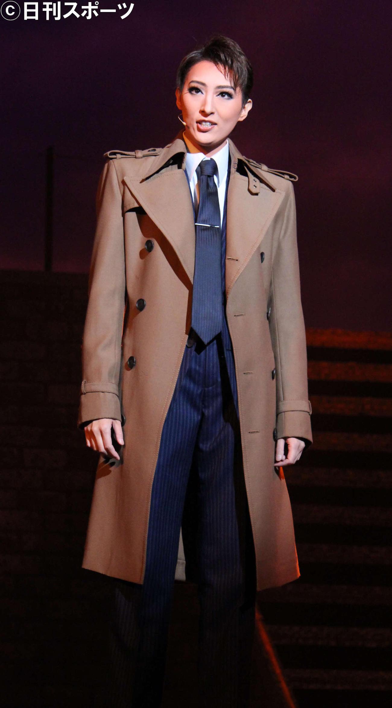 ダイナミックな魅力を生かし、男役らしい立ち姿で、難しいスーツ、トレンチコートを着こなした珠城りょう(撮影・村上久美子)