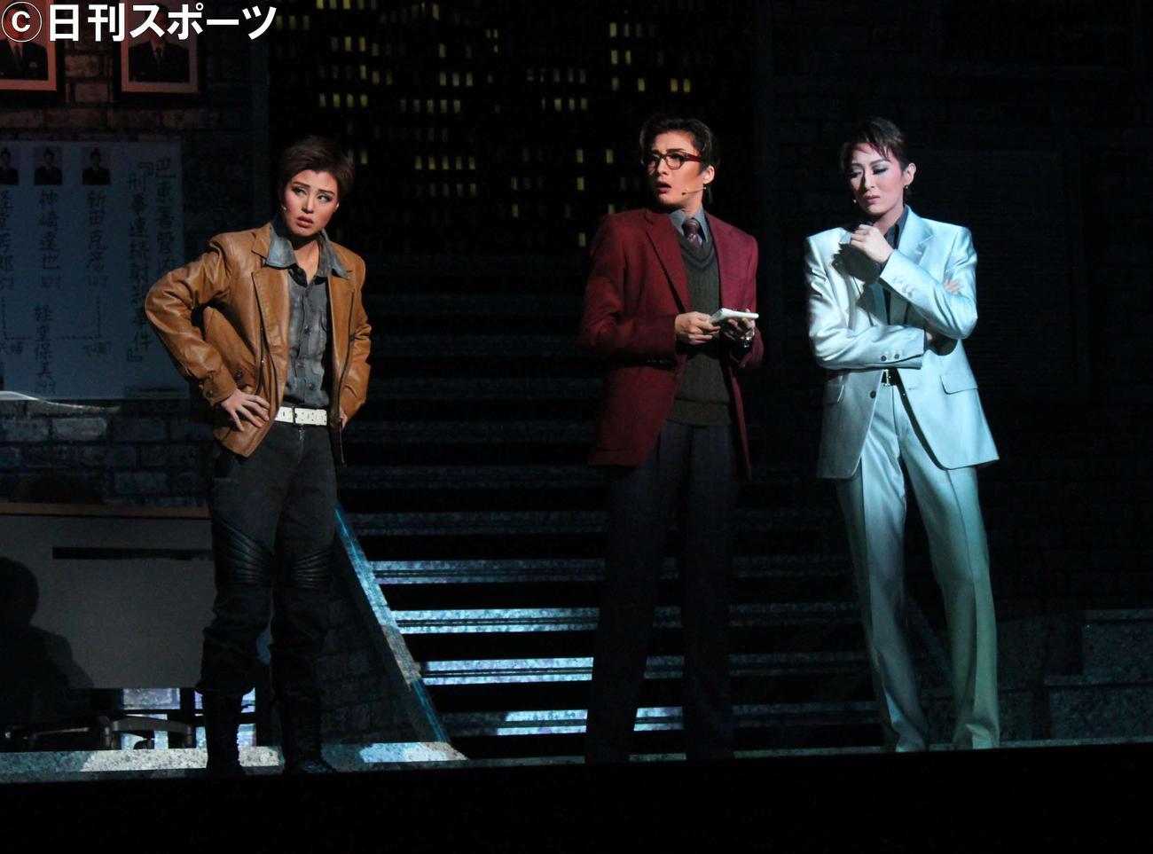 幽霊になった刑事(珠城りょう=右端)は、同期の霊媒体質刑事(鳳月杏)と、捜査を続ける。左端はガンマニアの刑事にふんした英かおと(撮影・村上久美子)