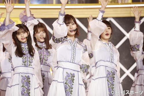 「9th YEAR BIRTHDAY LIVE」でパフォーマンスする乃木坂46。手前中央は山下美月。左は齋藤飛鳥