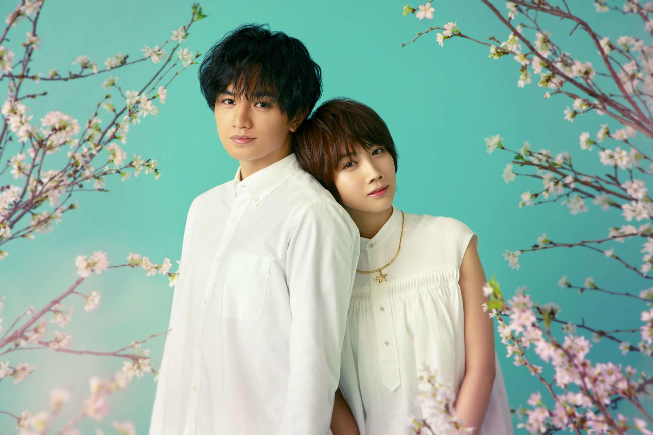 Netflix映画「桜のような僕の恋人」に主演する中島健人(左)とヒロイン役の松本穂香