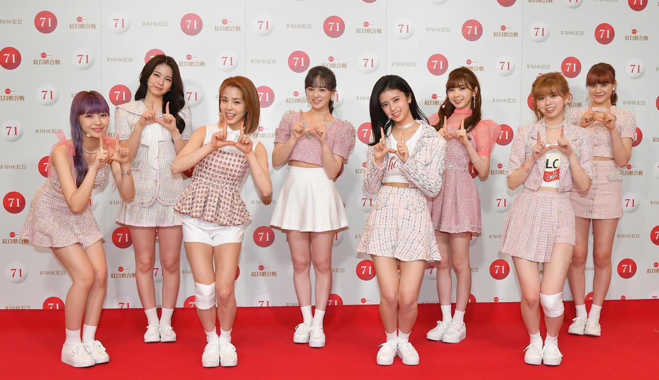 NiziU。左からMAYUKA、AYAKA、MAKO、RIO、RIMA、MIIHI、RIKU、NINA(2020年12月29日代表撮影)