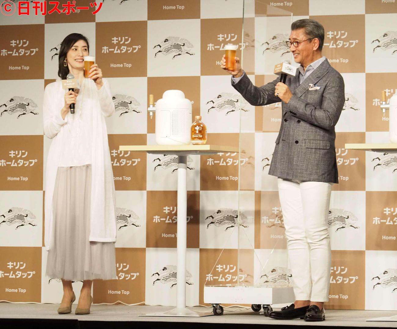 生ビールを手に乾杯する天海祐希(左)と中井貴一(撮影・遠藤尚子)