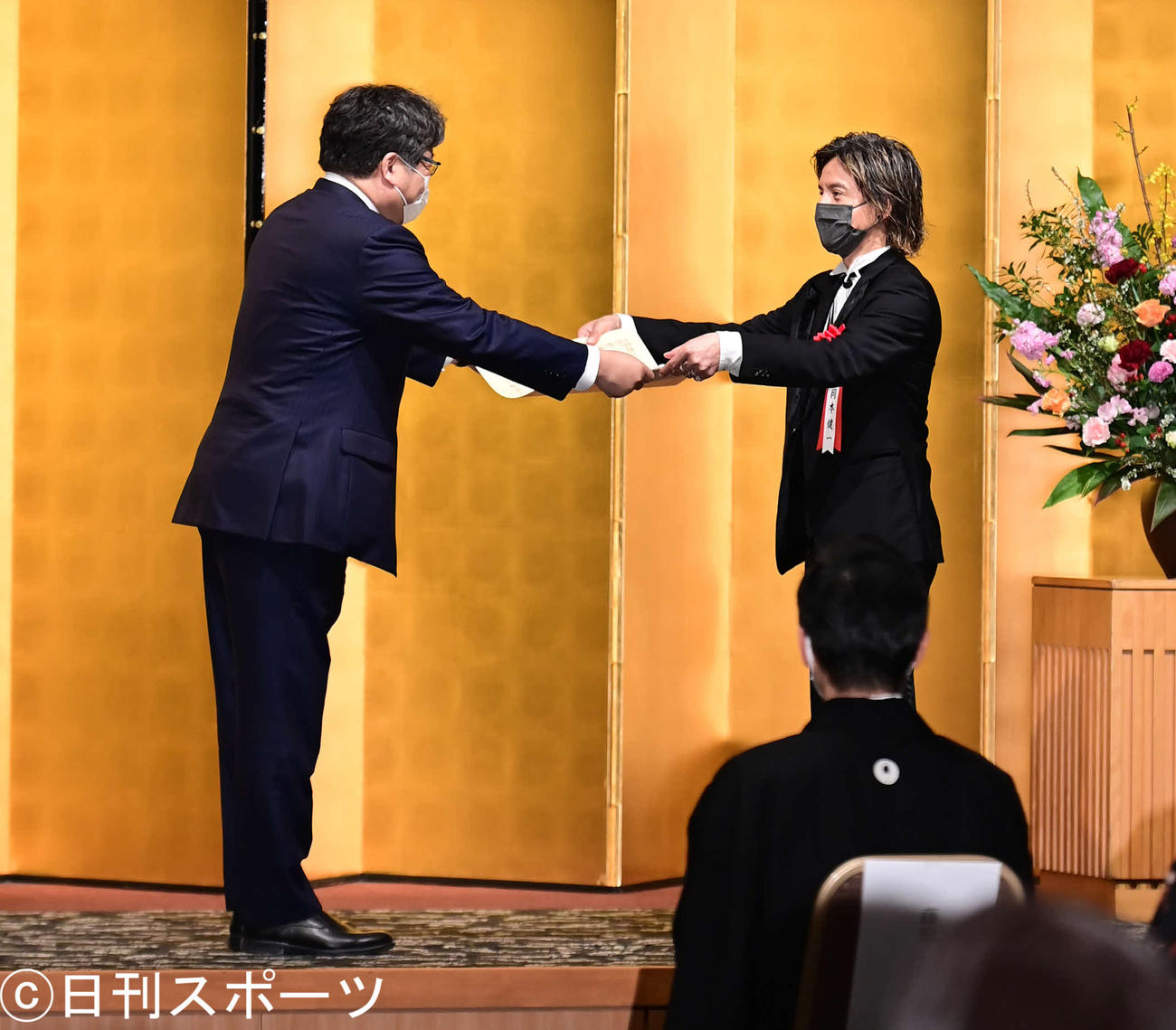令和2年度芸術選奨演劇部門の大臣賞を受賞し、贈呈式で萩生田文科相(左)から表彰状を授与される岡本健一(撮影・小沢裕)