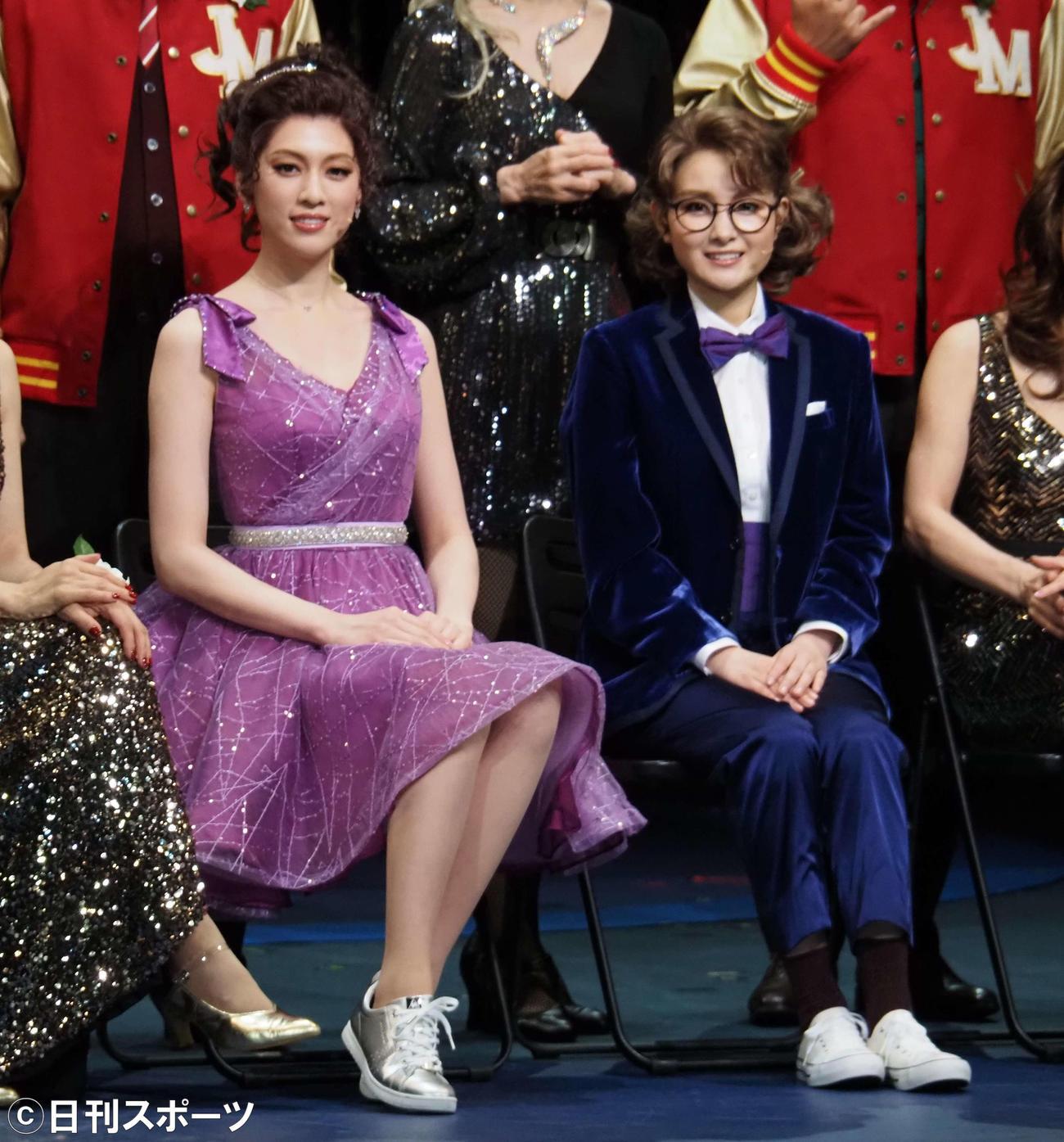 ミュージカル「The PROM」の取材会に出席した三吉彩花(左)と葵わかな(撮影・遠藤尚子)