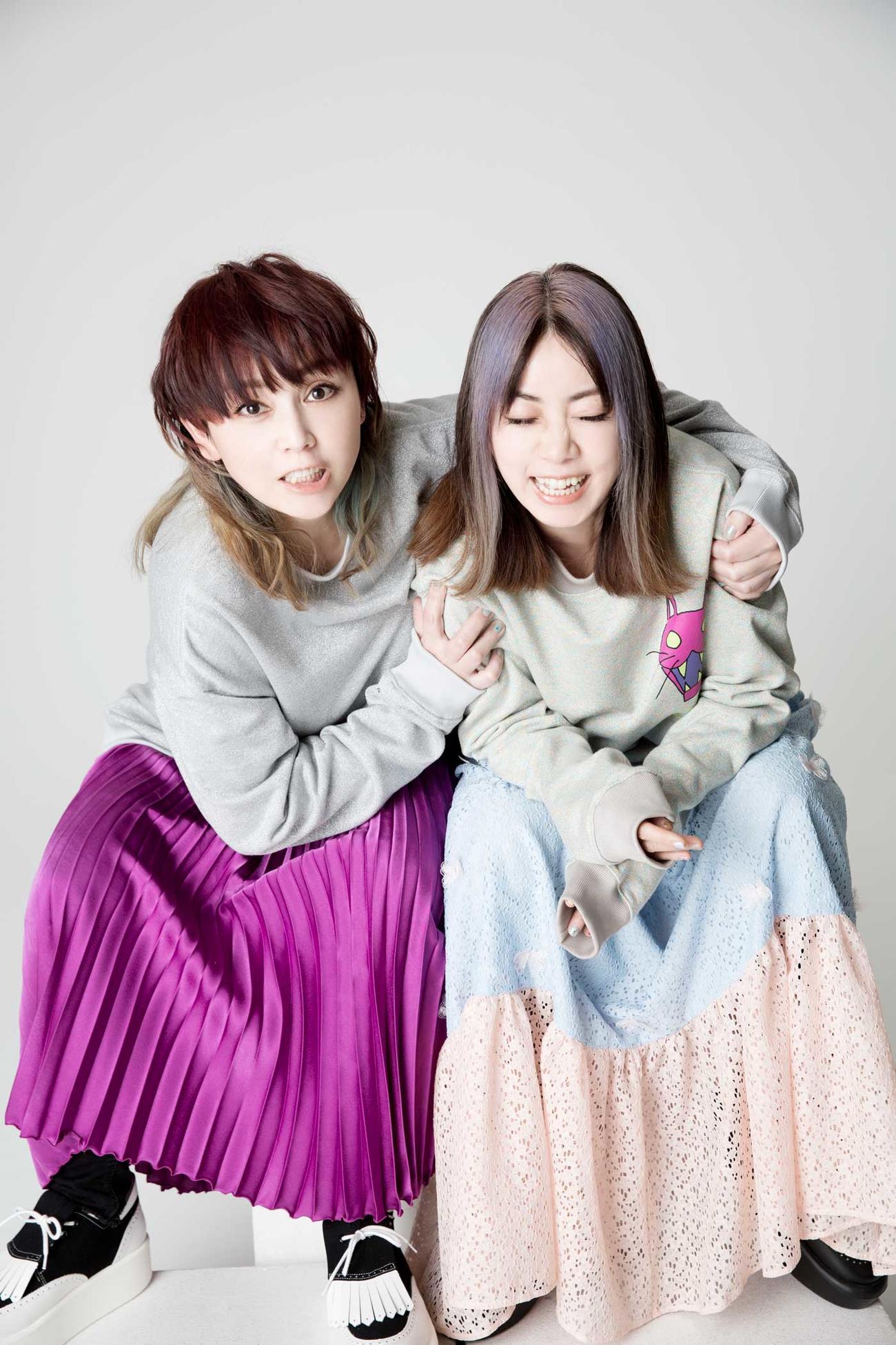 CD+DVDボックス「PLAYLIST~PUFFY 25th Anniversary」の収録内容が明らかになったPUFFYの吉村由美(左)と大貫亜美