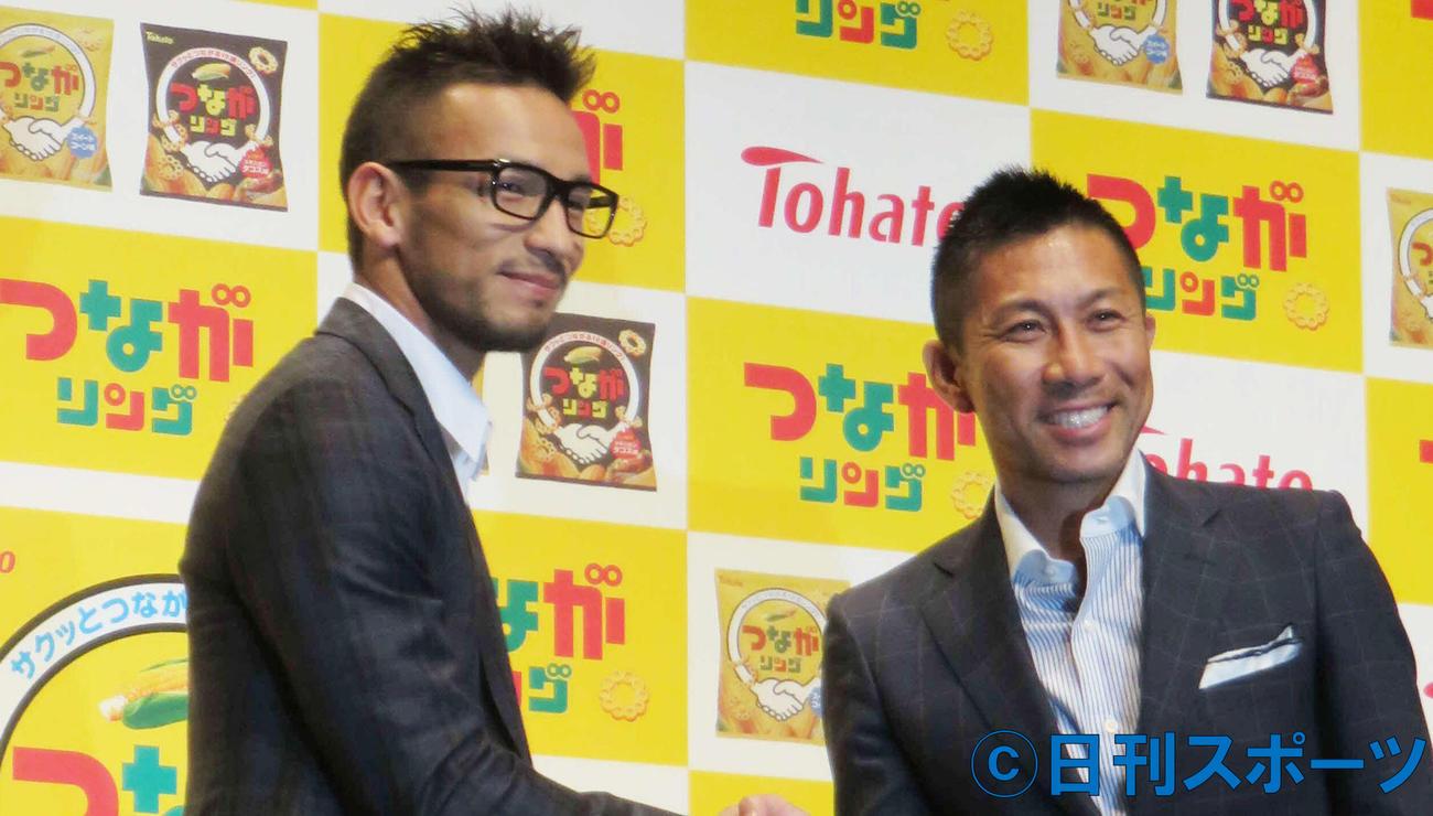 中田英寿氏(左)と前園真聖(2015年9月17日撮影)