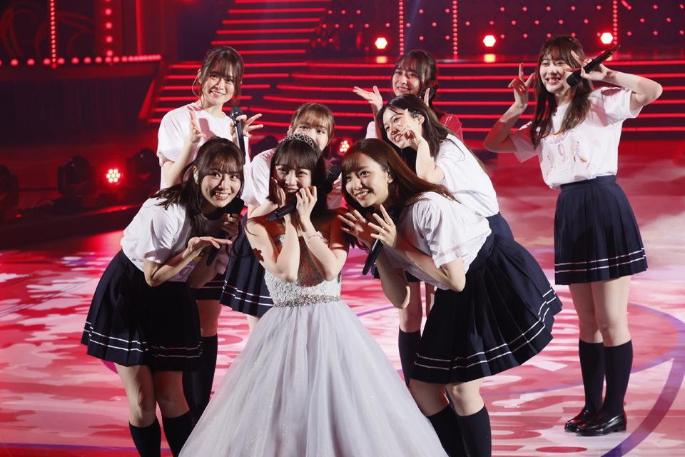 卒業する堀未央奈(前列中央)とともに笑顔を見せる乃木坂46の2期生