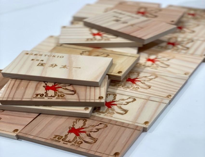新会社「株式会社TOKIO」所属となったメンバーたちの木製新名刺