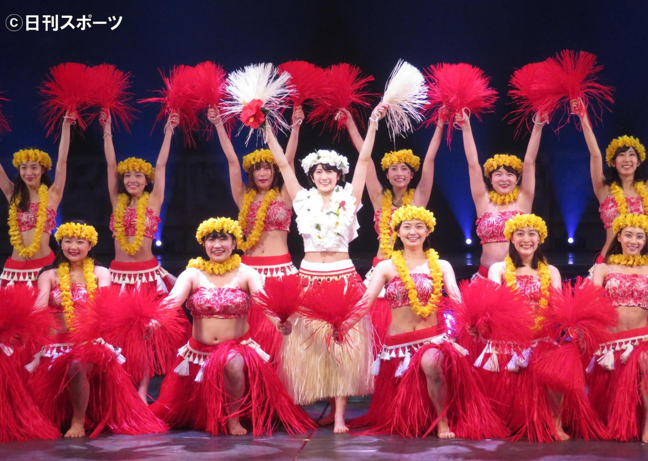 主演舞台「フラガール -dance for smile-」でフラダンスを披露する樋口日奈(中央)(撮影・横山慧)