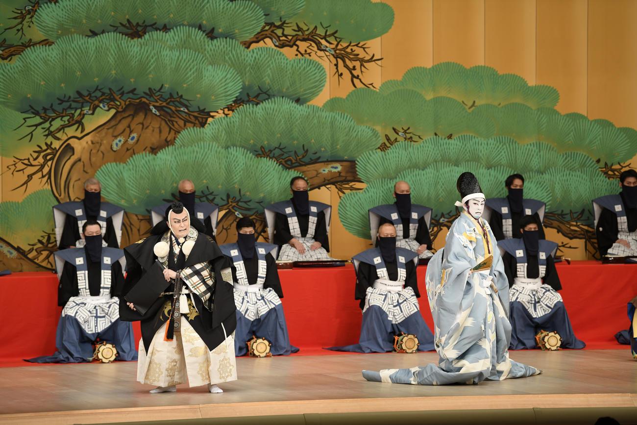 「勧進帳」で。左から、松本白鸚、松本幸四郎(C)松竹