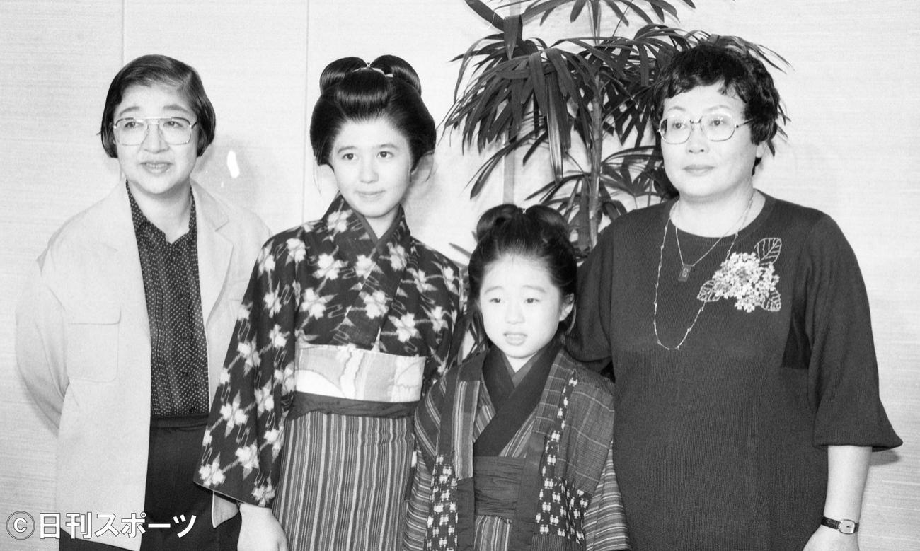 NHKテレビ小説「おしん」を来年3月明治座で上演すると制作発表が行われた。左から演出の石井ふく子さん、おしん役の石野真子、子ども時代を演じる上中はるか、脚本の橋田寿賀子さん(1983年10月13日撮影)