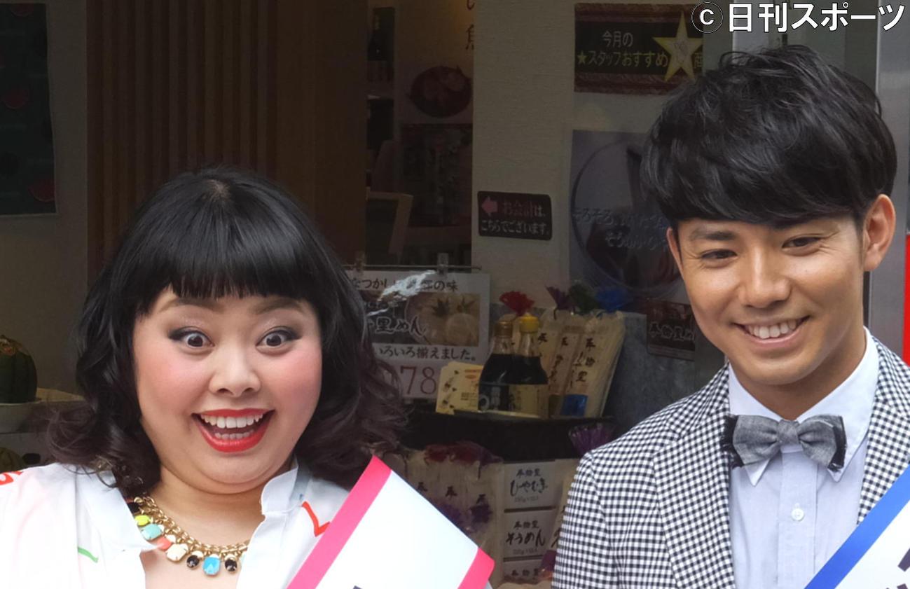 渡辺直美(左)と綾部祐二(2013年7月1日撮影)