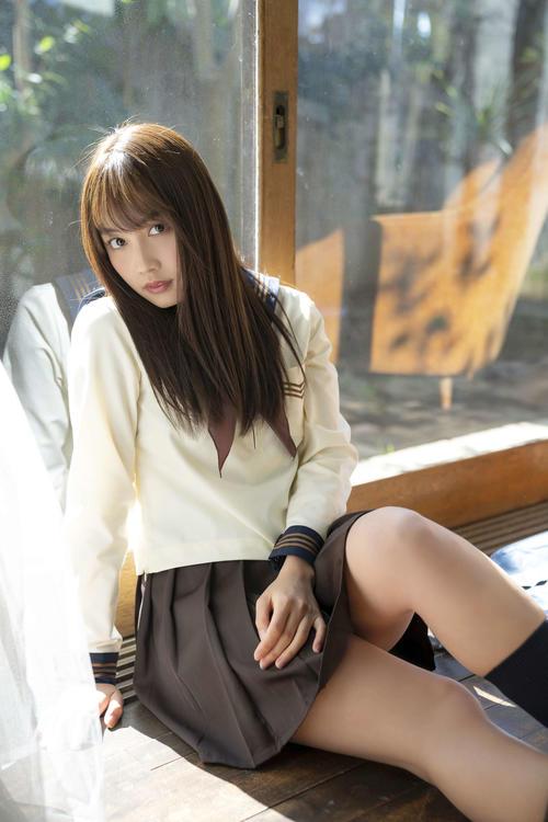 「漫画アクション」表紙のアザーカットの制服姿を披露した黒木ひかり(c)小池伸一郎/双葉社