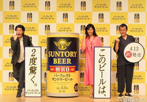 飲料メーカーサントリーの「パーフェクトサントリービール」新CM発表会に出席した左から粗品、松嶋菜々子、吉田鋼太郎(撮影・三須佳夏)