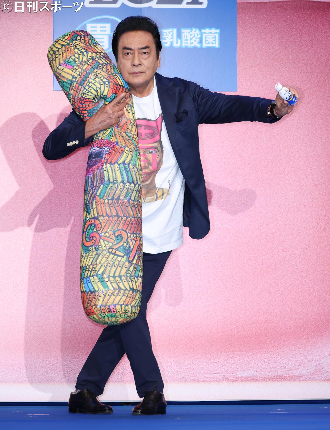 明治プロビオヨーグルトLG21発売21周年イベントでランウエーを歩く高橋英樹(撮影・中島郁夫)