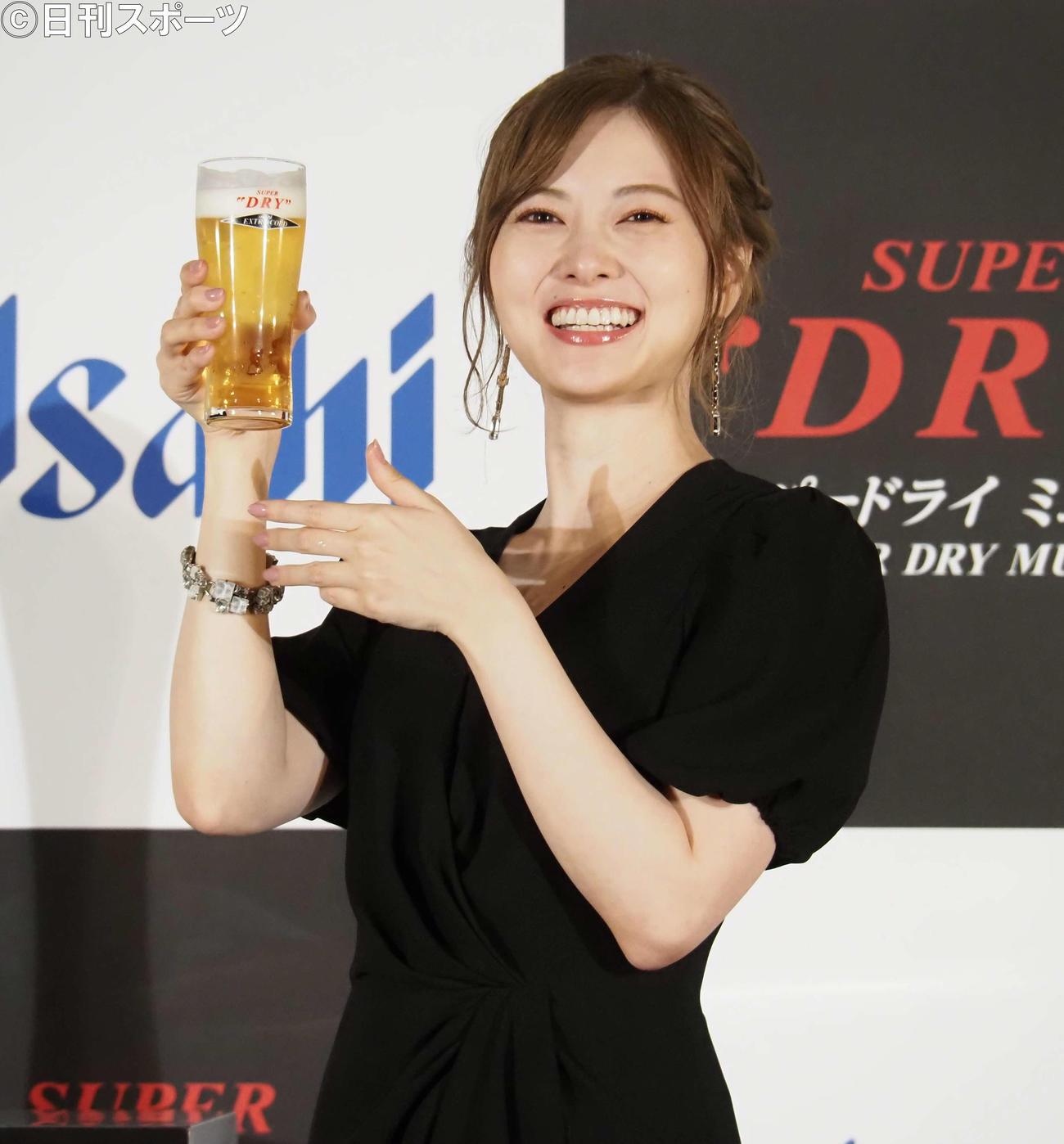 ビールを手に笑顔を見せる白石麻衣(撮影・遠藤尚子)