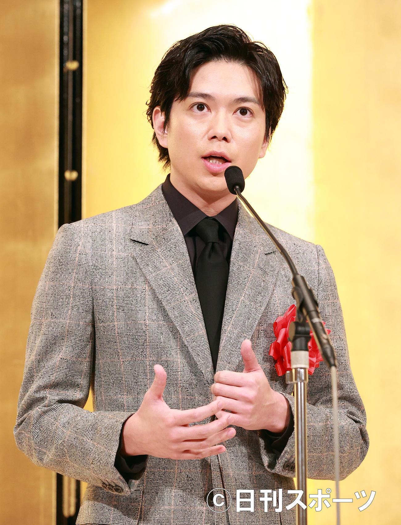 「吉川英治賞」贈呈式で、吉川英治文学新人賞を受賞した加藤シゲアキはあいさつで思いを語る(撮影・浅見桂子)