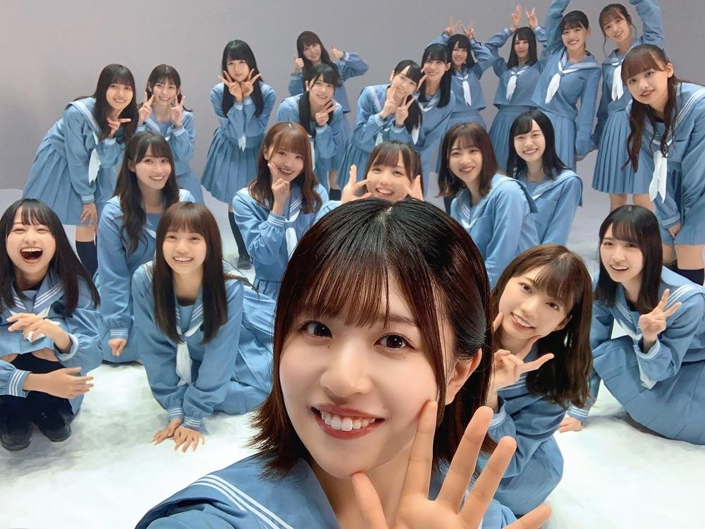 「日向撮」先行カット。メンバー22人が集合した。松田好花(手前中央)が撮影した