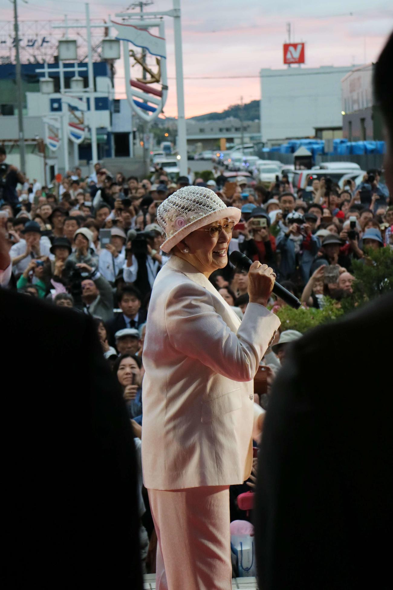 記念館閉館後、最後のあいさつをする石原まき子さん(2017年8月31日撮影)