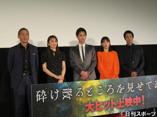 映画「砕け散るところを見せてあげる」の舞台あいさつに出席した(左から)SABU監督、矢田亜希子、中川大志、石井杏奈、堤真一