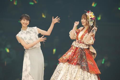 卒業コンサートにサプライズで登場した松井玲奈(左)と高柳明音(c)2021 Zest,Inc./AEI