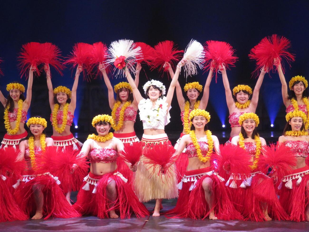 舞台「フラガール -dance for smile-」でフラダンスを披露する吉田美佳子(前列右から2人目)。中央は主演の乃木坂46樋口日奈