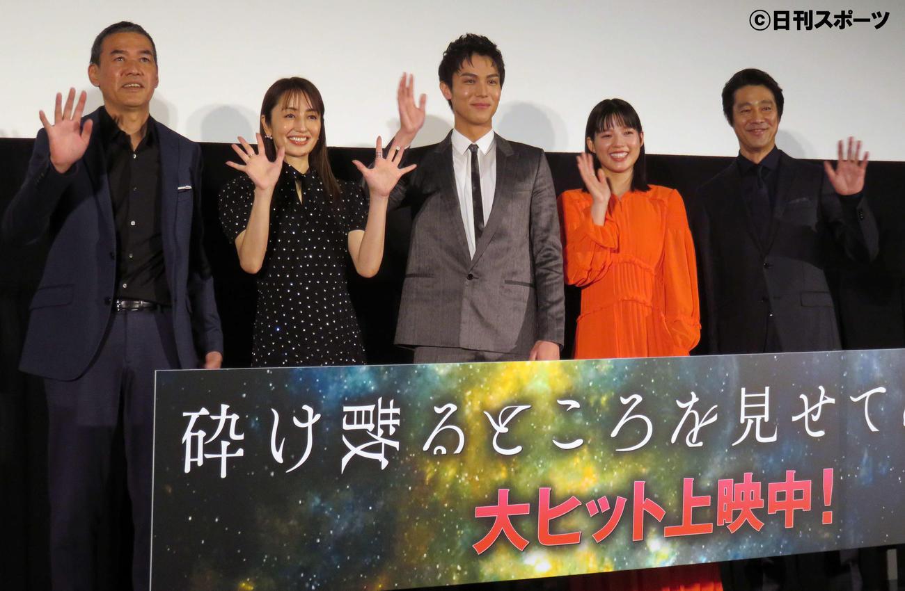 舞台あいさつに出席した、左からSABU監督、矢田亜希子、中川大志、石井杏奈、堤真一