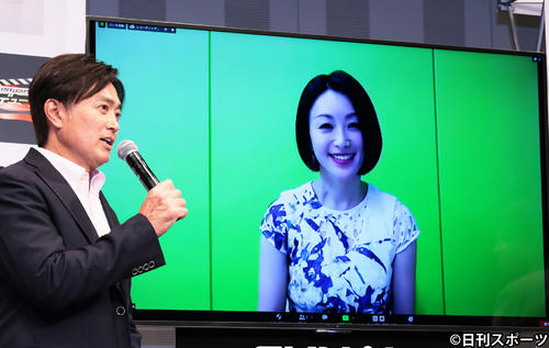 リモート映像を通して会見に参加した酒井法子は石黒賢とトークする(撮影・足立雅史)
