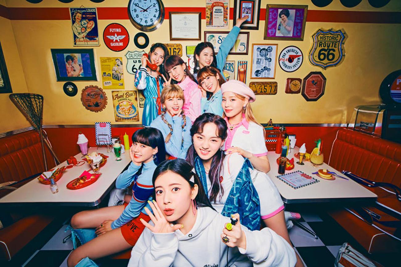 NiziU。手前から時計回りにRIMA、NINA、RIKU、MAYUKA、MAYA、AYAKA、MIIHI、MAKO、RIO
