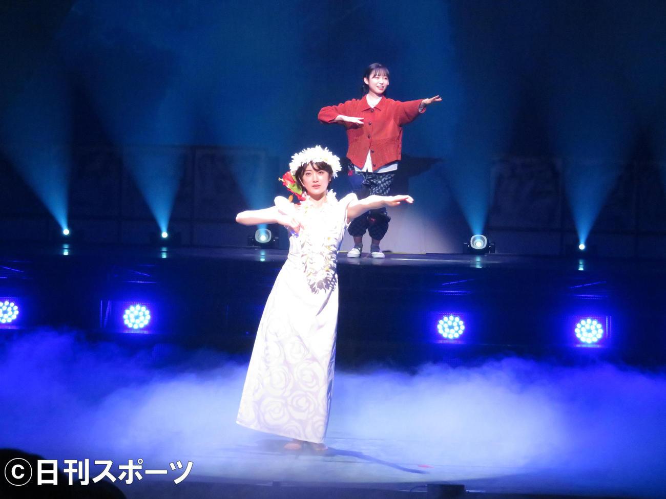 主演舞台「フラガール -dance for smile-」でフラダンスを披露する樋口日奈(手前)。後方は山内瑞葵