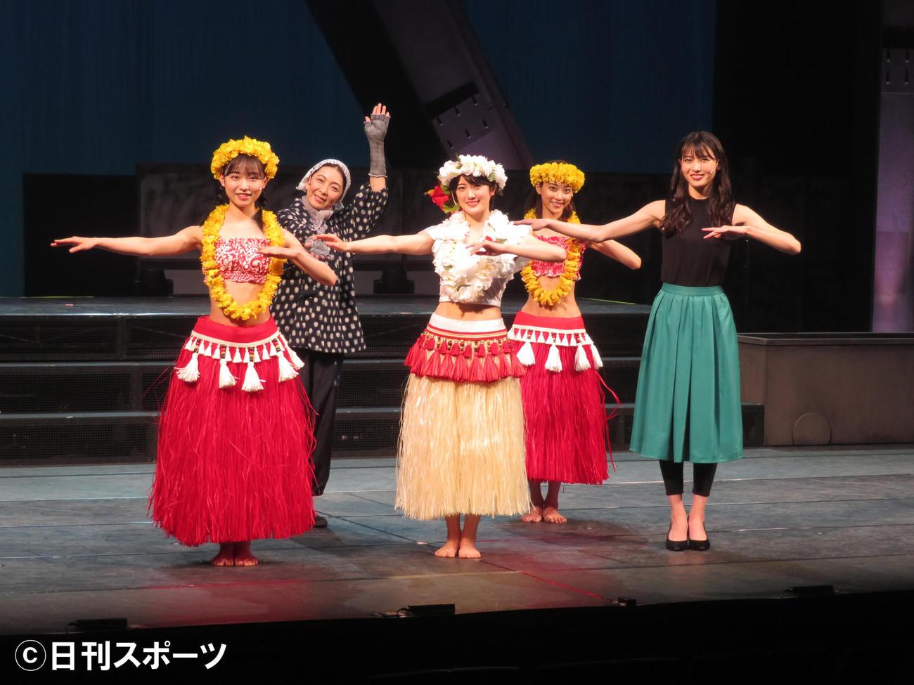 主演舞台「フラガール -dance for smile-」キャスト。前列左から山内瑞葵、樋口日奈、矢島舞美。後列左から有森也実、安田愛里(撮影・横山慧)