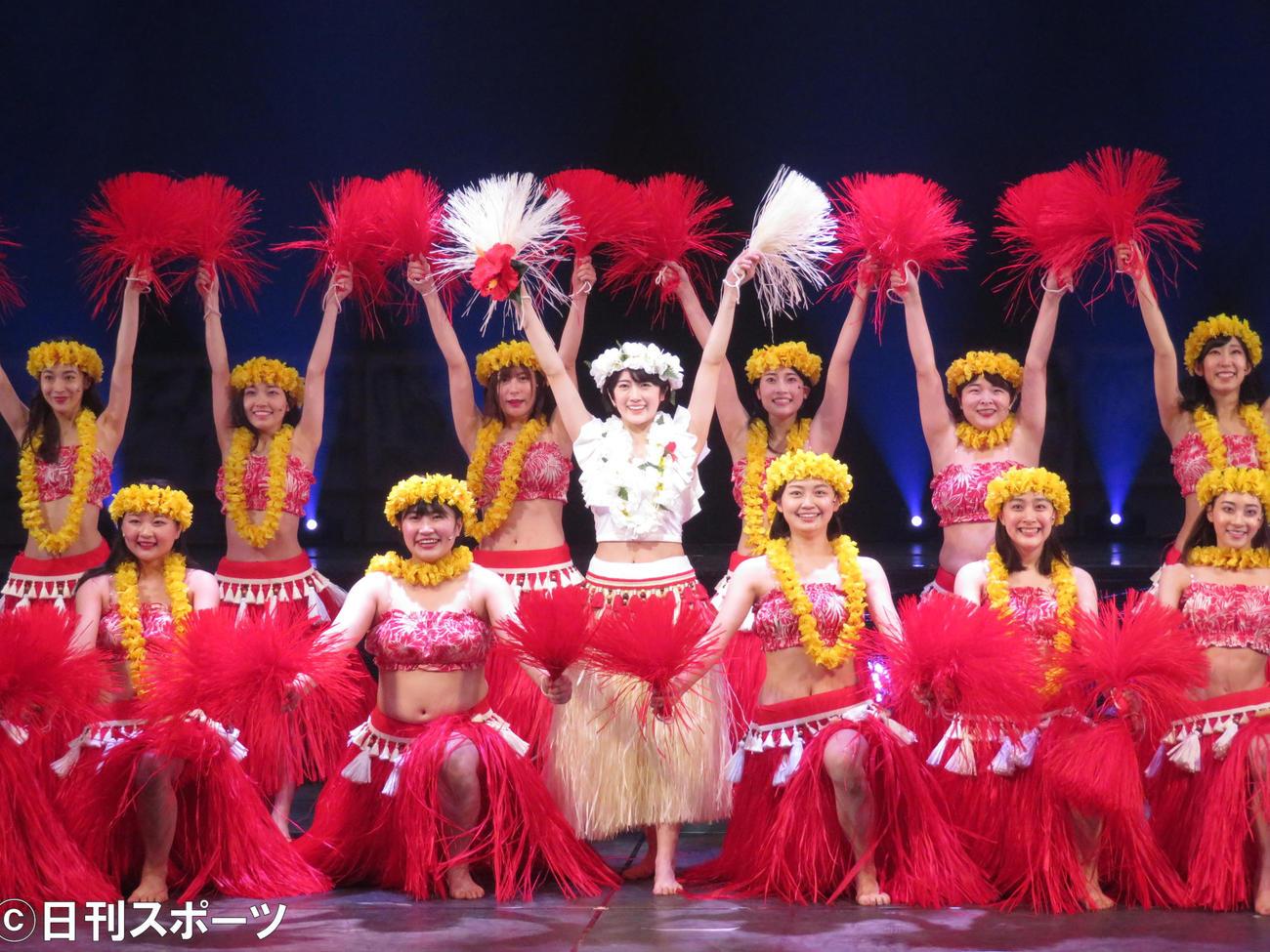 主演舞台「フラガール -dance for smile-」でフラダンスを披露する樋口日奈(中央)