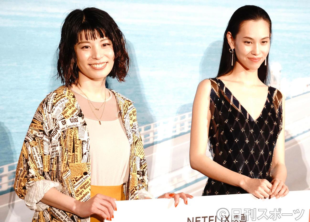 Netflix映画「彼女」の配信直前イベントに出席したさとうほなみ(左)と水原希子(撮影・佐藤成)