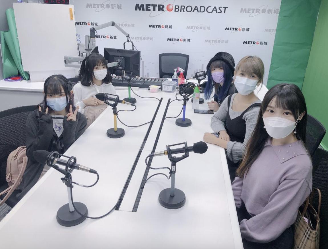 半年ぶりの有観客ライブが決定して、地元のラジオ番組に出演してPRするスウィートクライシスのメンバーたち