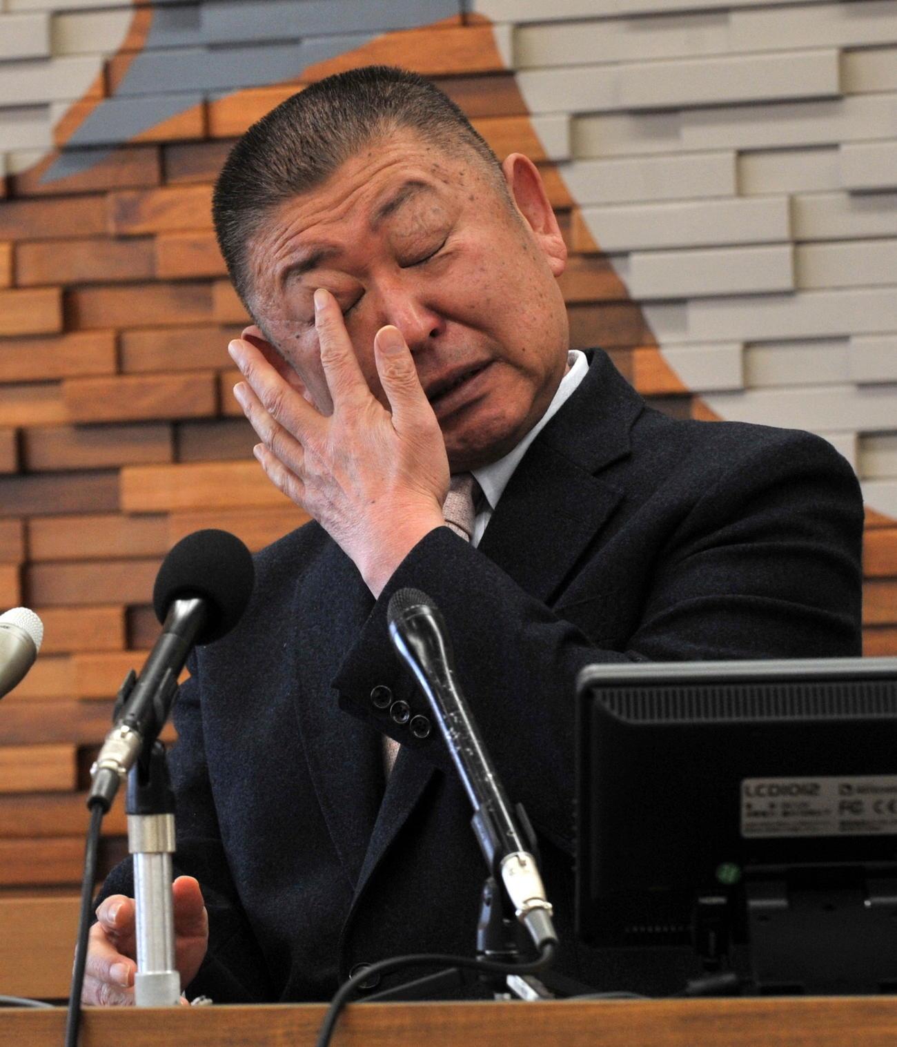 12日、東北福祉大ゴルフ部の阿部監督は優勝した松山から表彰式直後に電話があったことを明かして涙ぐむ