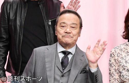 舞台あいさつで記念撮影する西田敏行(撮影・滝沢徹郎)